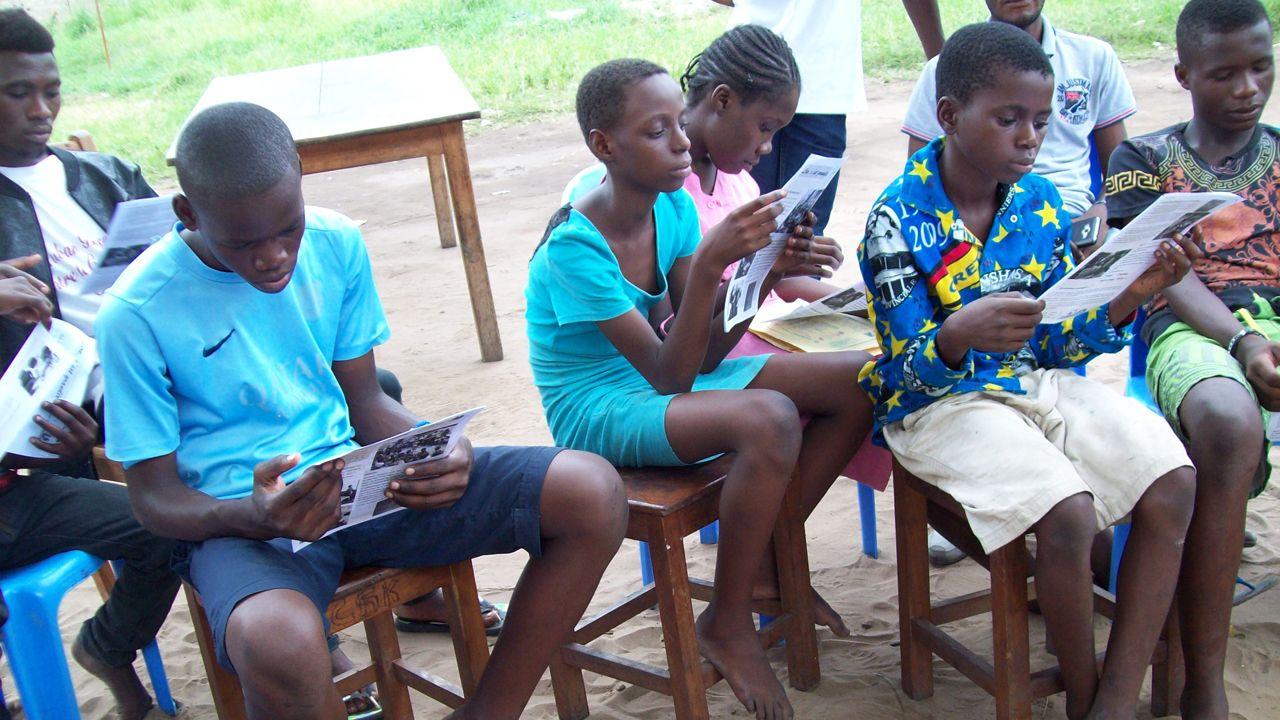 Un Pájaro Azul lleva esperanza a lajuventud congoleña.Presentación de la campaña de captación de fondos para la construcción de un centro de salud en Gambia en 2020