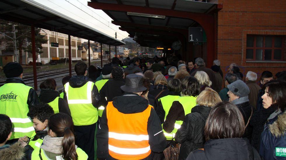 Valdeorras reclama que se mantenga la venta de billetes de tren en O Barco y A Rúa.En febrero del 2017 hubo una concentración de protesta para parar el cierre de las taquillas de O Barco y A Rúa de Valdeorras