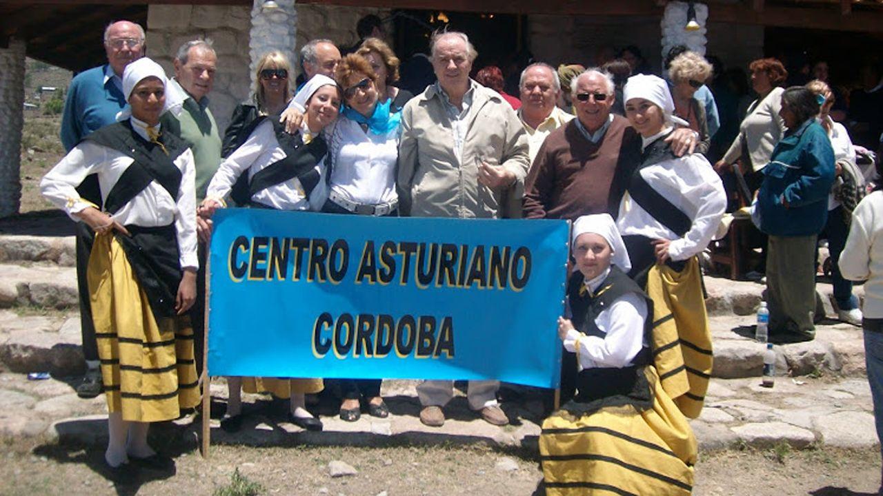 Un grupo de pasajeros consulta los vuelos en el Aeropuerto de Asturias.Centro Asturiano en Córdoba, Argentina