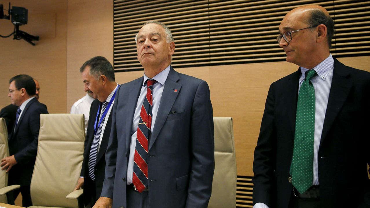 El ex director adjunto operativo de la Policía Eugenio Pino, en el centro, durante su comparecencia en la comisión parlamentaria que investiga el supuesto uso político de los medios del cuerpo por parte del exministro del Interior Jorge Fernández Díaz