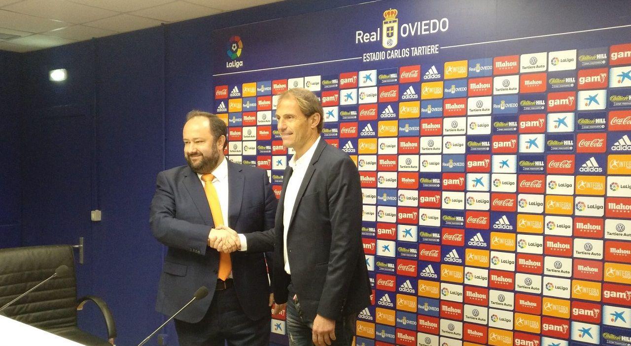 Jorge Menéndez Vallina y Francesc Arnau en la sala de prensa del Carlos Tartiere