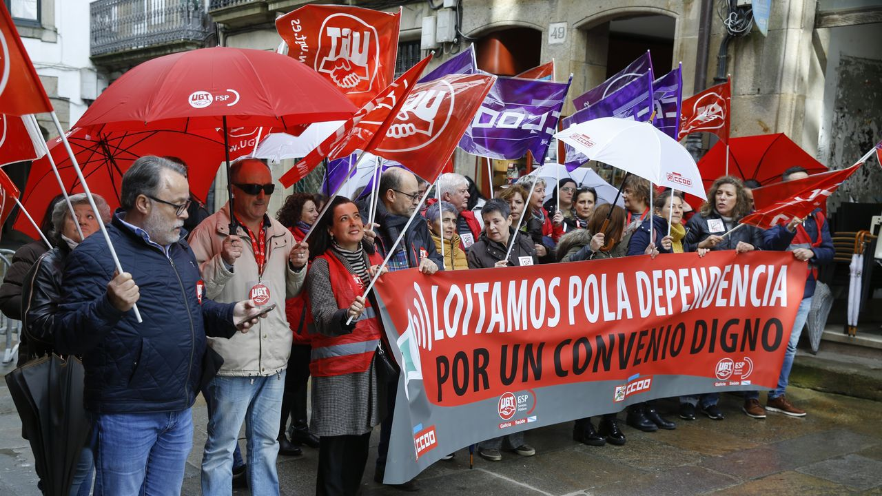 El presidente de la Federación Asturiana de Empresarios (Fade), Belarmino Feito (2d), junto a representantes de la Unión General de Trabajadores (UGT) y Comisiones Obreras (CCOO), este jueves, a su llegada a la reunión de la mesa de concertación social