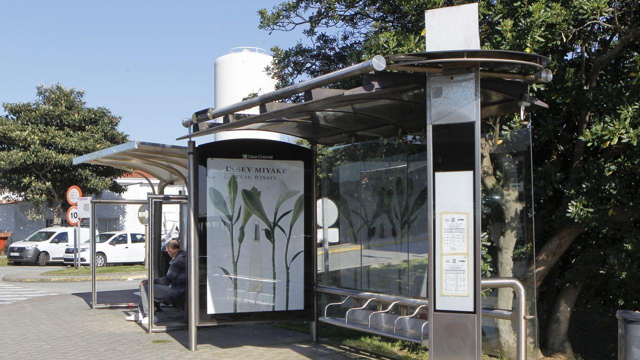 Esta marquesina de Ferrol ya integra el poste de información de las líneas de autobús