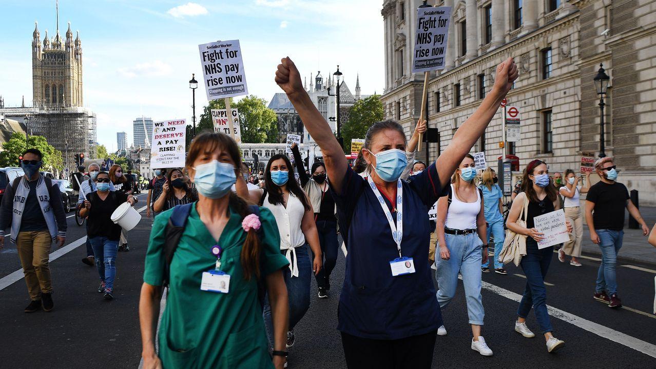 Trabajadores del NHS con máscaras protectoras realizan una marcha de protesta a Downing Street en Londres, Reino Unido
