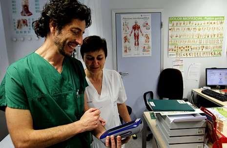 Alfonso Carregal, que también es vicepresidente de la Sociedade Galega da Dor, con la enfermera María Jesús Goberna.