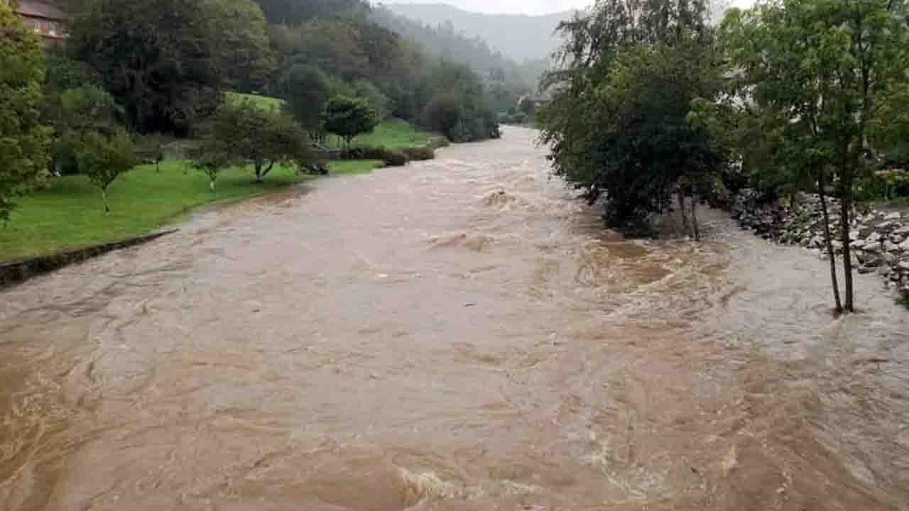 El agua baja desbordada en Rales (Llanes)