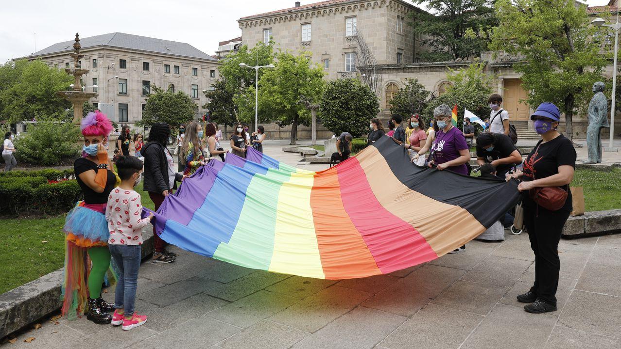 Pintadas homófobas y machistas en el Instituto Santa Bárbara de La Felguera, Langreo.Celebración del Día del Orgullo en Ourense