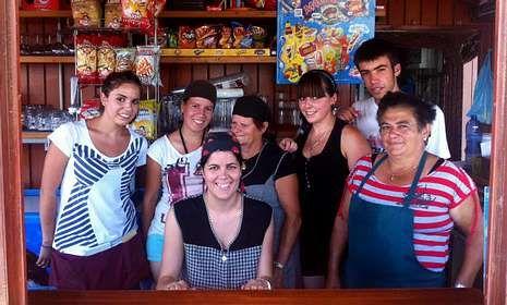 Festa infantil de La Voz de Galicia en Santiago.De izquierda a derecha, Silvia, las hermanas Sara y María con su madre, Mari Carmen; Carolina, Álvaro y Marina.