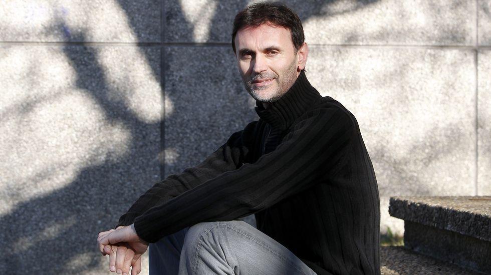 «Un Nobel no es un genio, pero sí debe ver las cosas de manera diferente».Un grupo de pasajeros consulta los vuelos en el Aeropuerto de Asturias