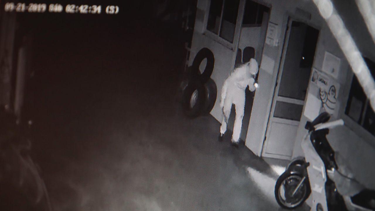 Imágenes de una cámara de seguridad en la que se ve una persona entrando a robar en una empresa de neumáticos de Meira, en septiembre del 2019