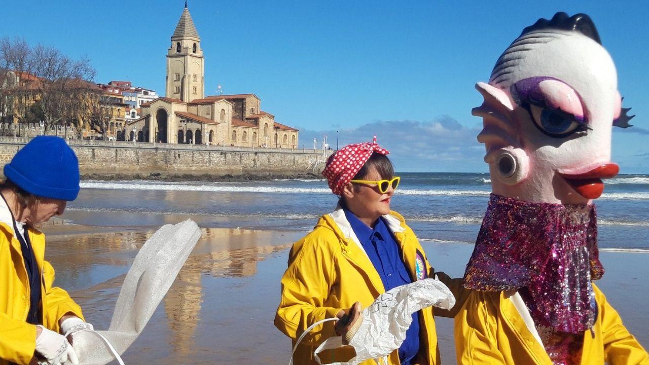 Fallece el eterno galán del teatro, Arturo Fernández.Cuca, la Sardina del Antroxu 2019, con sus acompañantes en la playa de San Lorenzo