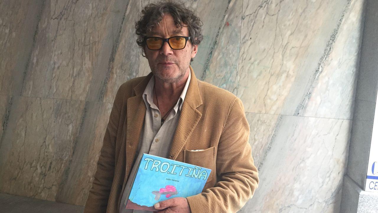 Antón Valcarce cun exemplar do seu novo libro