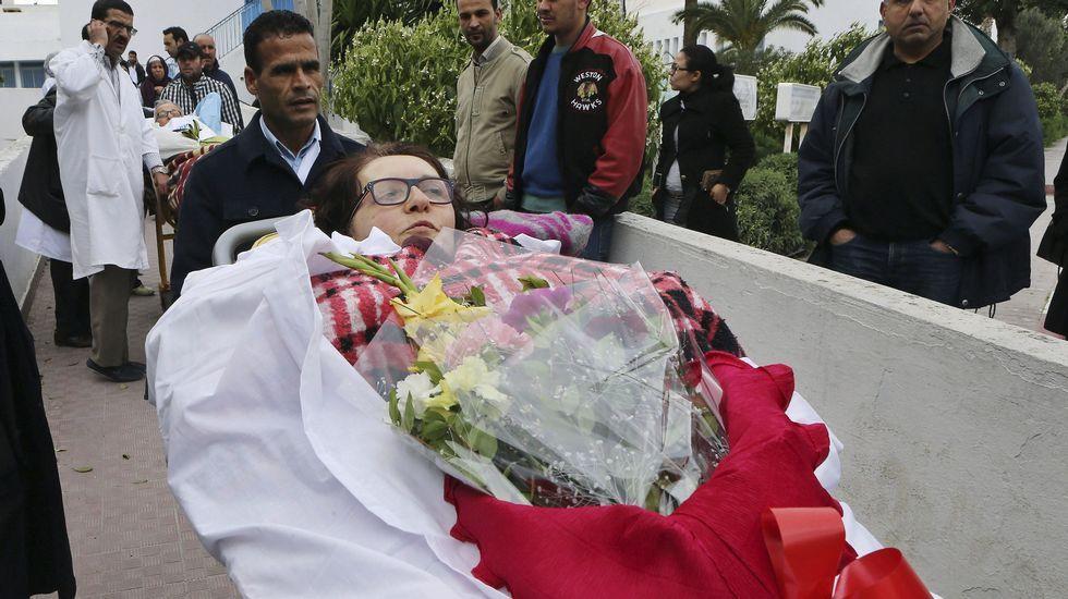 Túnez publica las imágenes de los terroristas en el Museo Bardo.Una de las heridas durante el atentado abandonando el hospital.