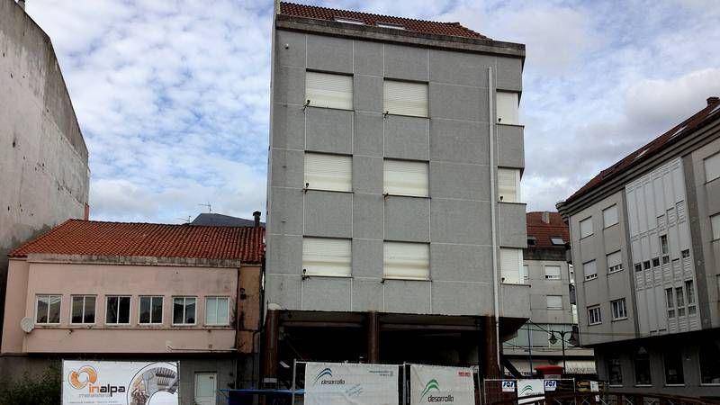 Trabajos para izar y enderezar un edificio en Ponteceso