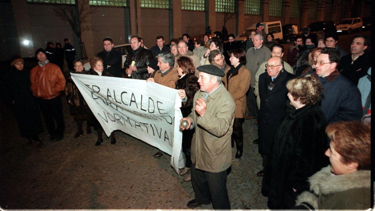 Los participantes de la acción reivindicativa de un centro sociocultural en Tabacalera, con las letras elaboradas por ellos mismos, ante la Casa del Chino