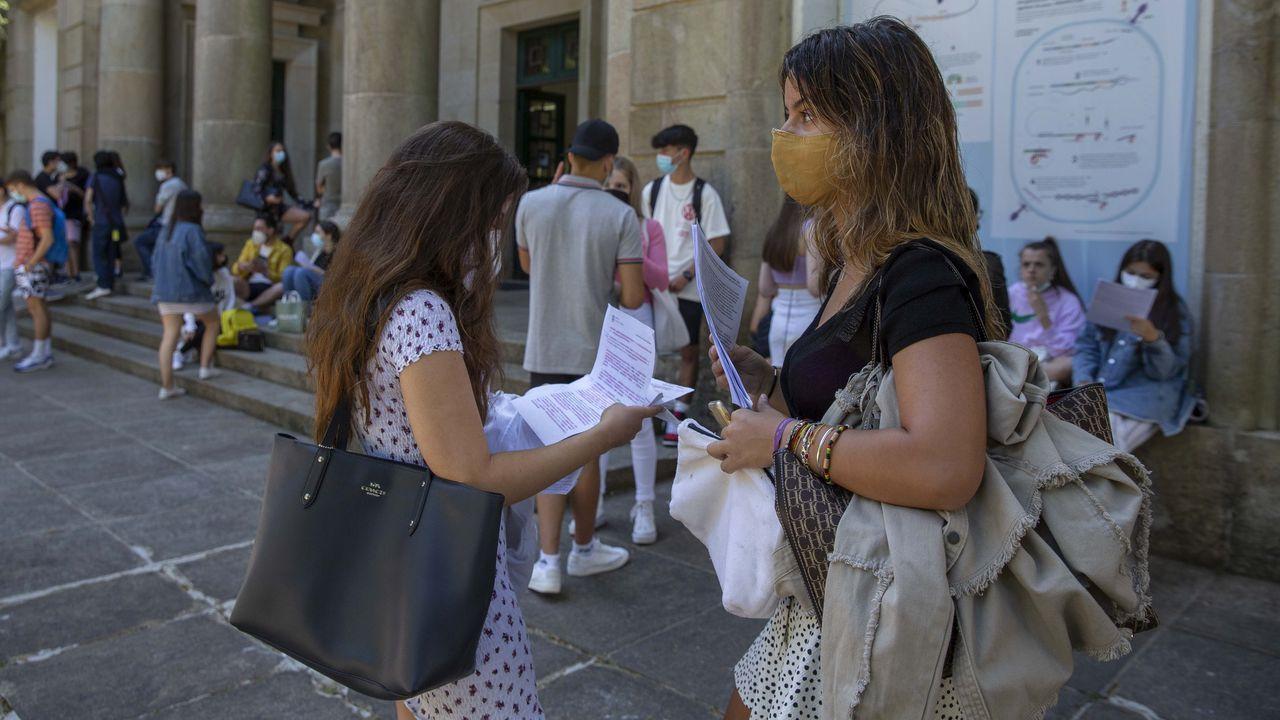 Unos alumnos esperaban a la puerta de la facultad de Química de Santiago para acceder al último examen de selectividad