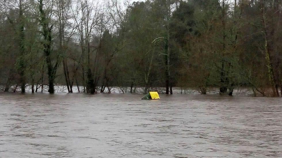 Una de las zonas del concello de Ames más afectadas es Tapia, donde los accesos a la playa fluvial están cortados y, la instalación del club de piragüismo, inundado