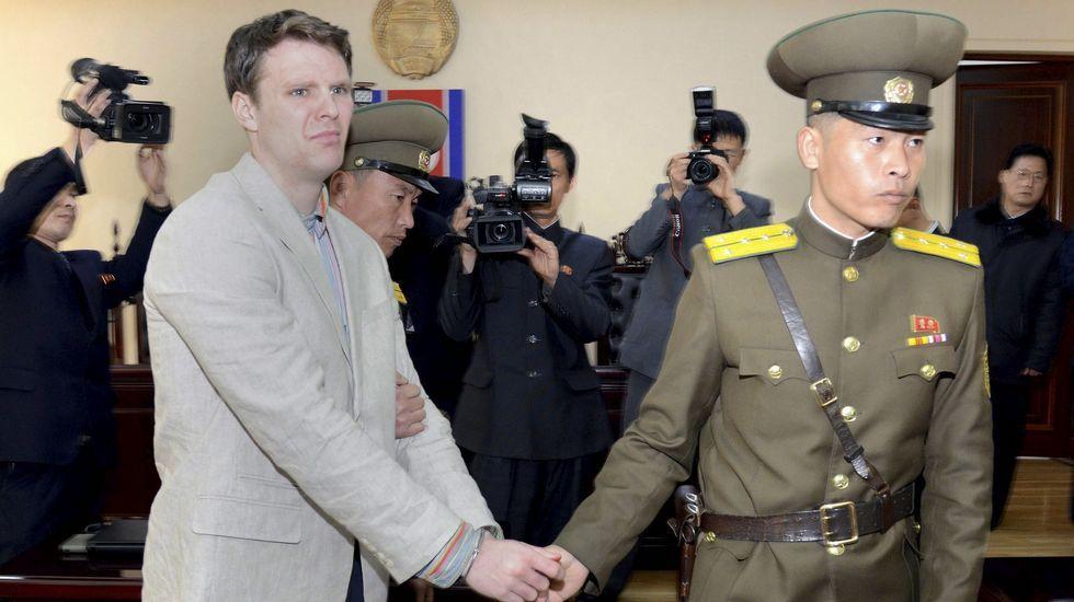 Fotografía que muestra al estudiante Otto Frederick Warmbier, esposado durante su juicio en la Corte Suprema de Corea del Norte