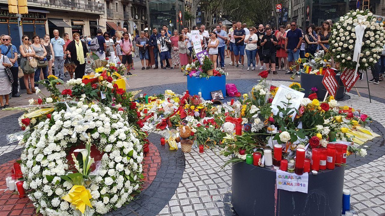 Ofrenda floral el La Rambla, en el primer aniversario de los atentados del 17A