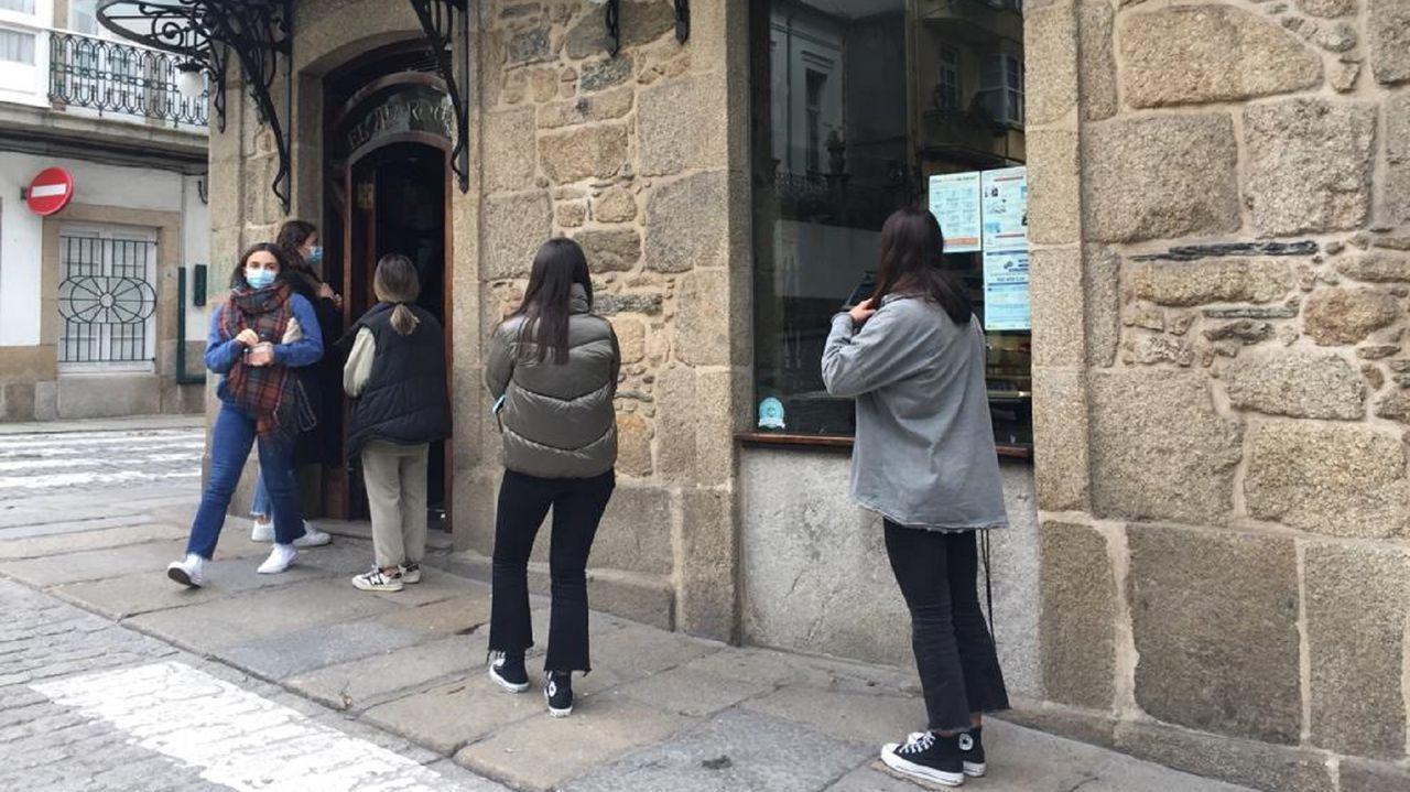 En la imagen, alumnas del Tirso aguardan su turno en fila india para pedir café en El Marqués