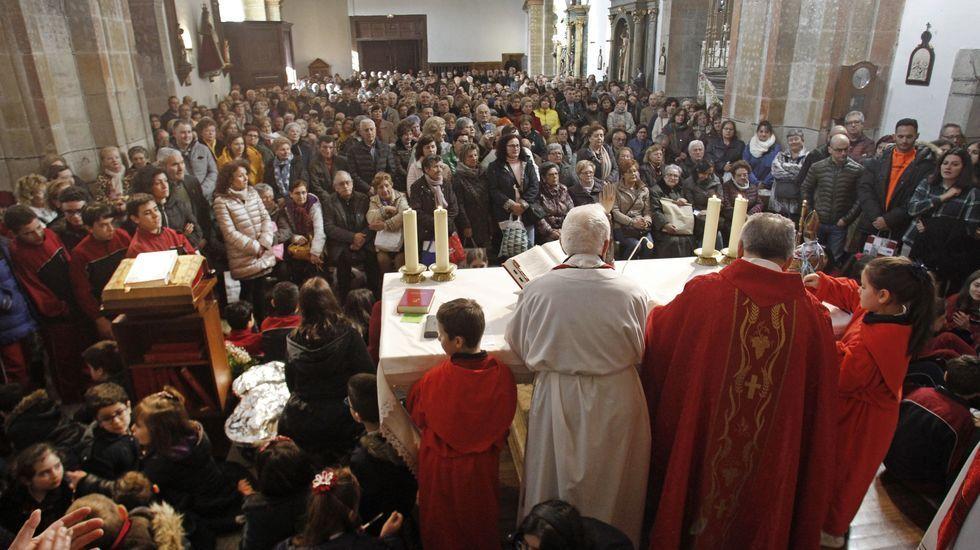 Tres sacerdotes cooficiaron la misa de San Blas que se celebró este lunes en la iglesia de A Régoa
