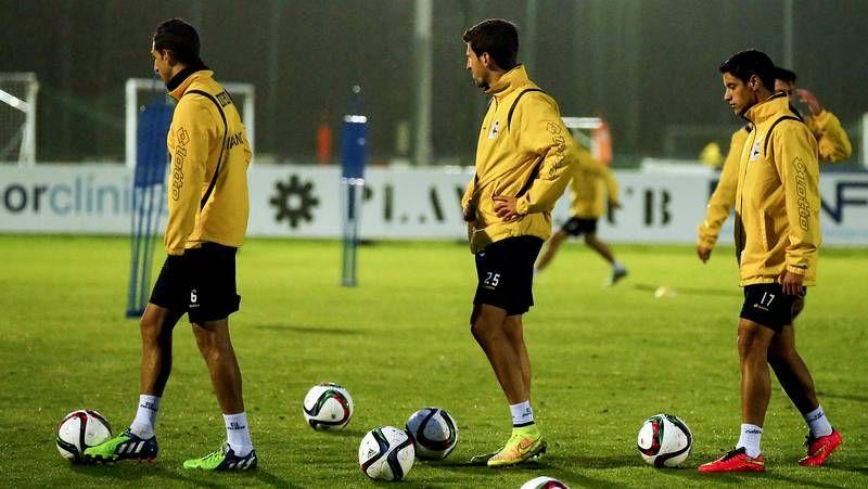 Última sesión antes del duelo contra el Elche.Víctor Fernández charla con sus jugadores durante un entrenamiento