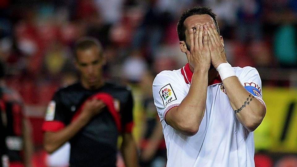 La jornada 32 de Primera división, en fotos.El portugués Bruno Gama cae al suelo ante la contundente entrada del exdeportivista Filipe Luis.