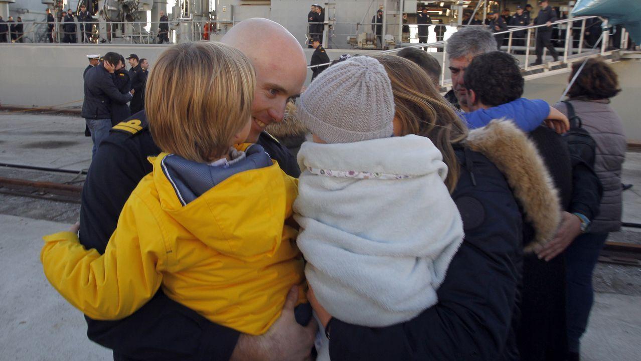 El Cantabria regresa a Ferrol por Navidad.Un grupo de jóvenes extranjeros en Melilla