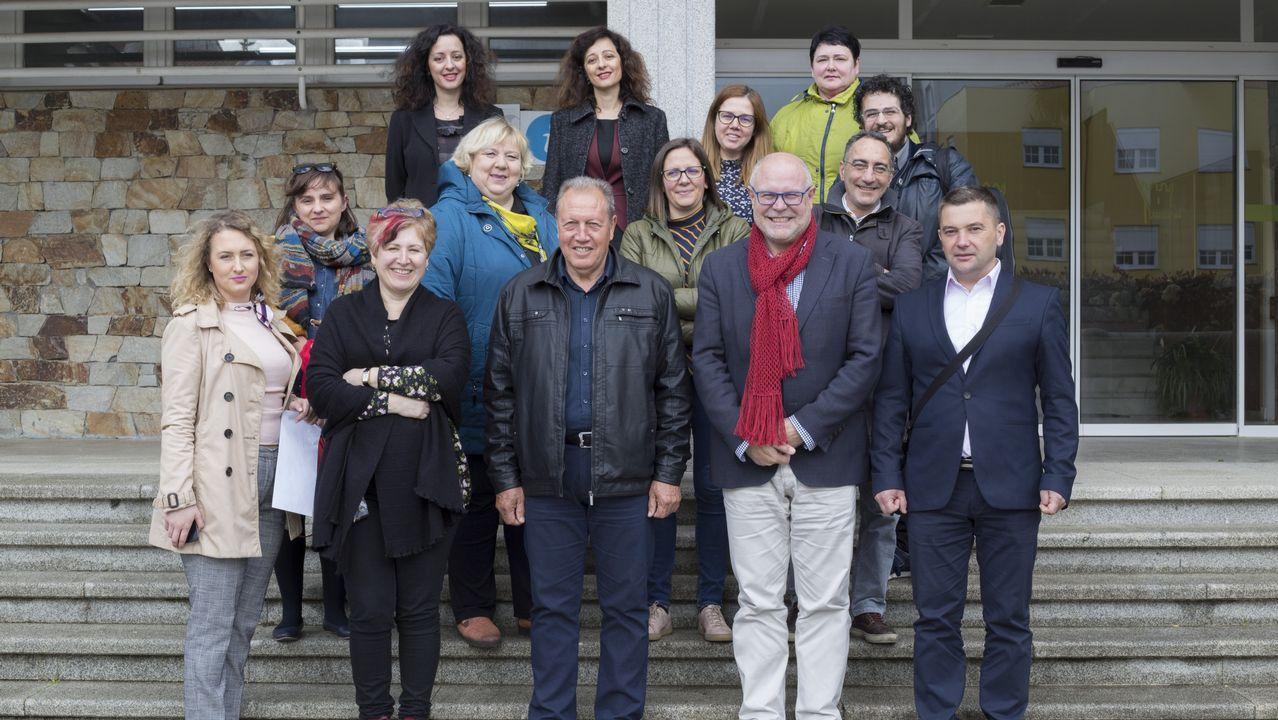 Los jóvenes diseñadores premiados en la Mostra do Encaixe de Camariñsa.Luciano Rodríguez traduce ao galego a poetas e cantantes