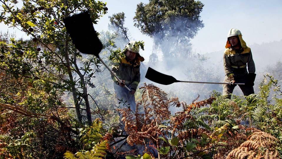 El incendio ha obligado a evacuar el polígono industrial de Xarás