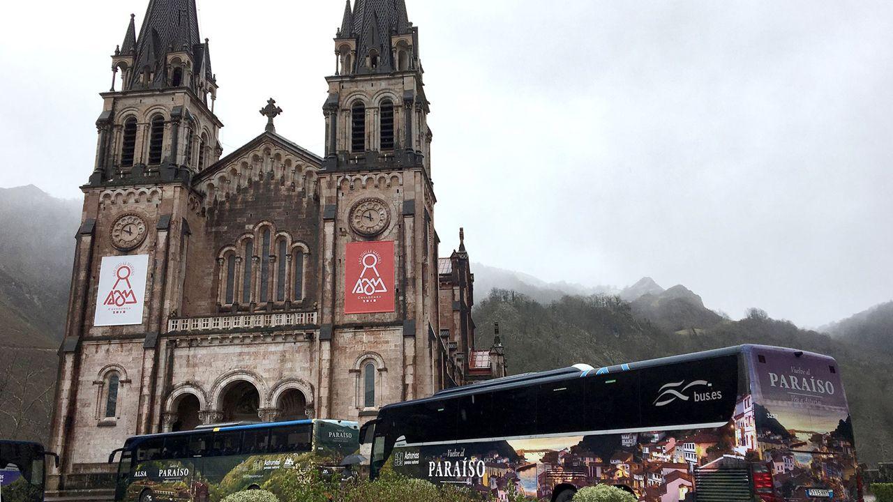 La Princesa de Asturias inaugura el mirador que lleva su título en los Lagos de Covadonga.Los nuevos autobuses promocionales de los centenarios de Covadonga 2018