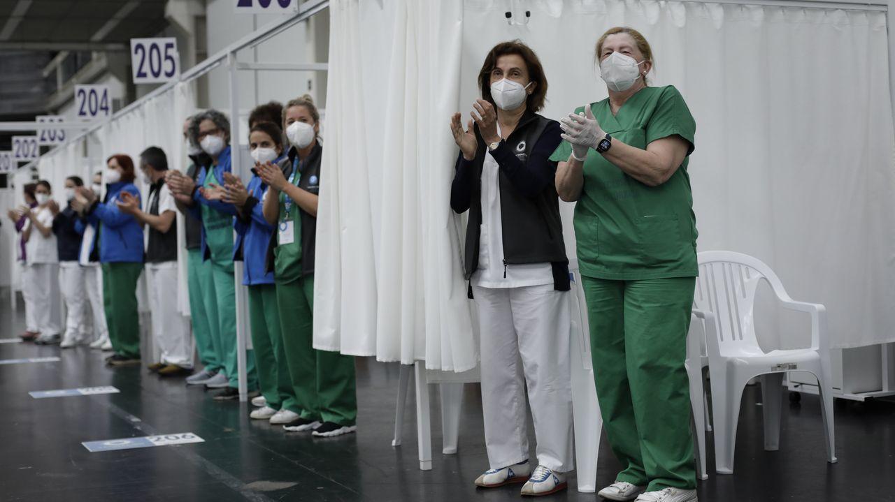 Aplausos por el Día de la Enfermería en el centro de vacunación de Expocoruña