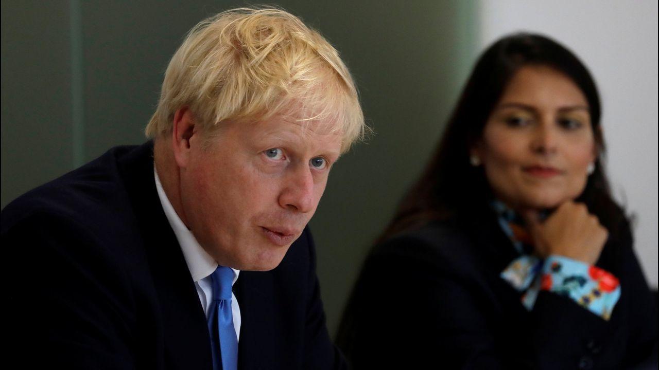 Richard Gere lleva alimentos al barco de Proactiva Open Arms.Boris Johnson y su ministra del Interior, Priti Patel