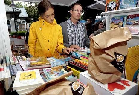 O domingo pola mañá os libreiros entregaron un molete de Pan de Carballo con cada exemplar.
