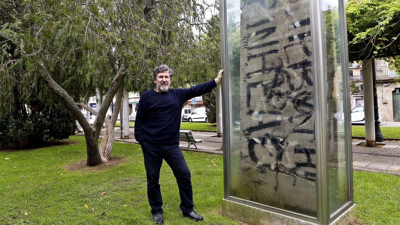 Así cayó la banda de los kosovares.Jesús Cameselle Ben posa frente a las grandes placas restauradas del muro de Berlín que están en el Paseo da Xunqueira