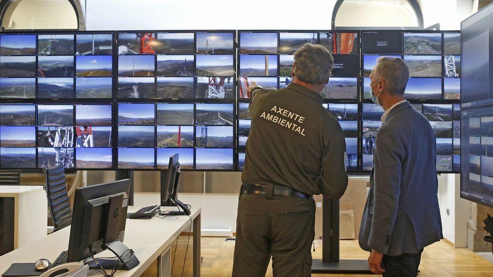 guardia civil asturias.El agente ambiental Juan Carlos Sixto muestra al jefe provincial de Incendios de A Coruña el lugar en el que se está produciendo una quema controlada