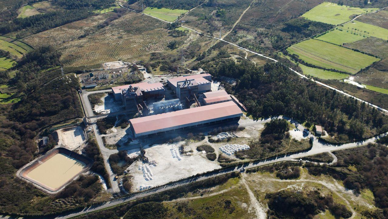 Así suelta agua el embalse más grande de Galicia.Planta de Ferroatlántica en Dumbría