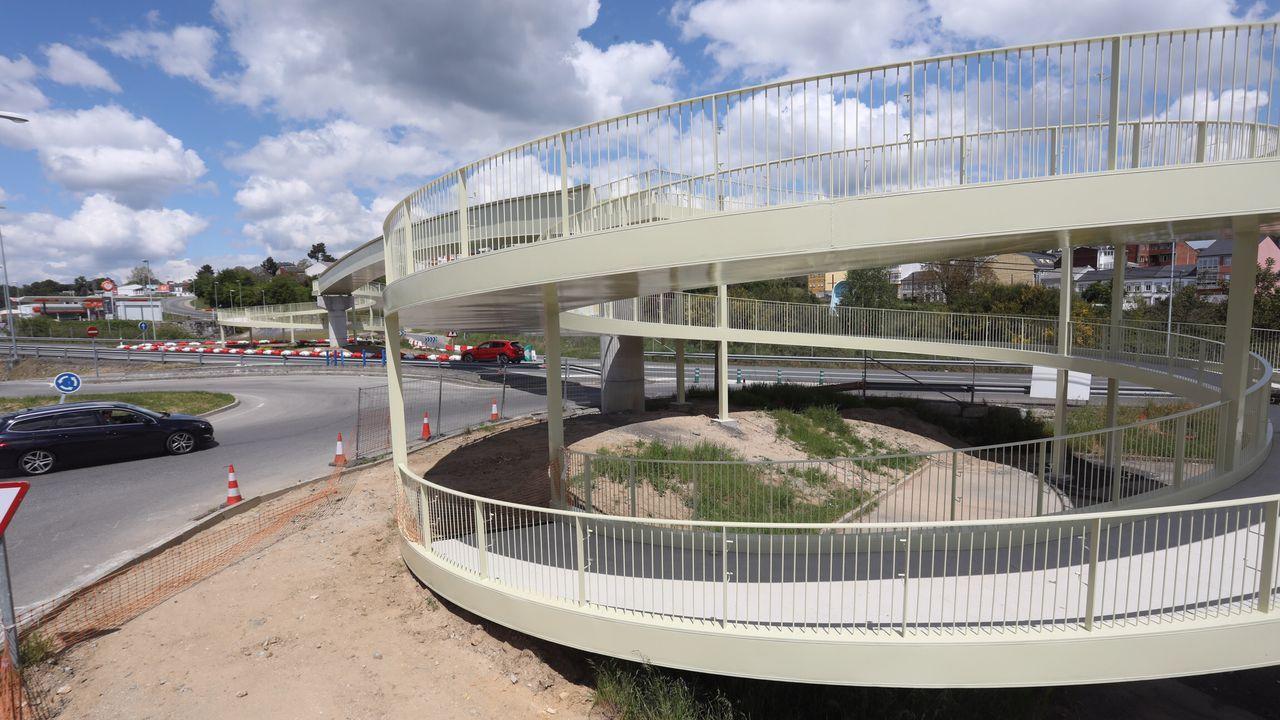 Comienzan los primeros cortes en la N-VI por las obras del Sol y Mar.Unha das ramplas de acceso á pasarela peonil sobre a N-VI
