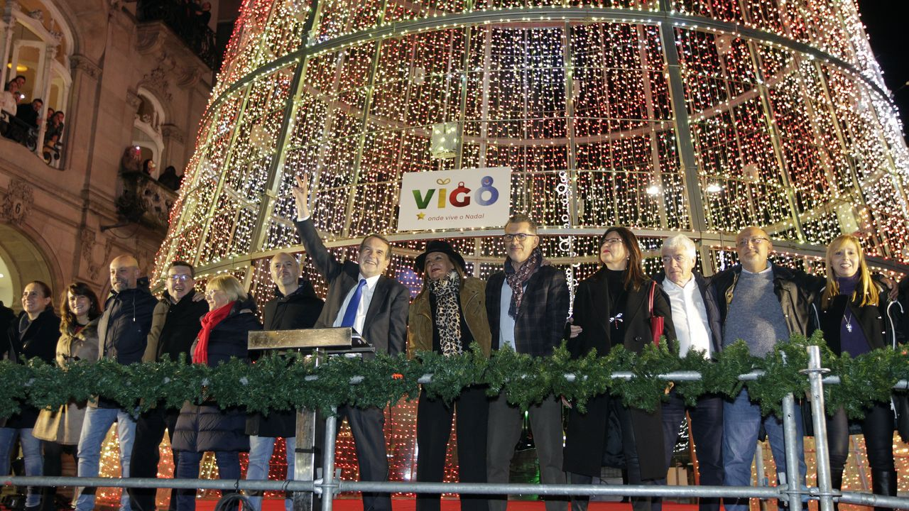 Así se vivió el encendido de las luces de Vigo.Carlos Taibo, de pie y de camisa negra, en el centro de la mesa de una quedada fotográfica que acogió el Pazo do Souto