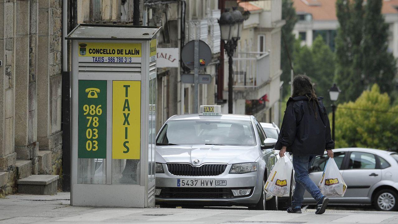 Primera feria de coches en Ribeira.Un grafiti reinterpreta la célebre obra de Delacroix incluyendo a los chalecos amarillos