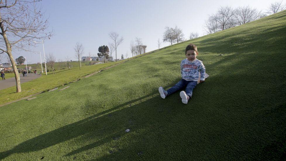 El concierto benéfico de Mánchester, en imágenes.Un niño jugando en el parque Eirís