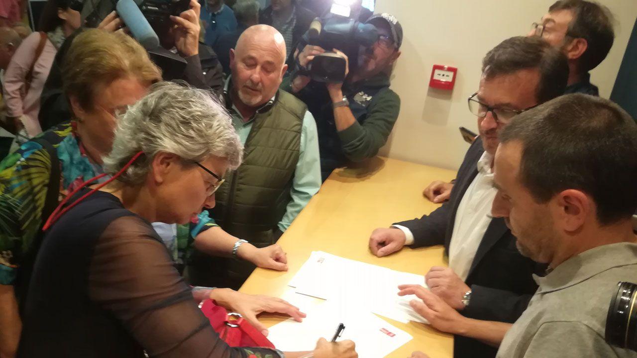 Ana González firma su inscripción en las primarias para cubrir la candidatura a la alcaldía de Gijón