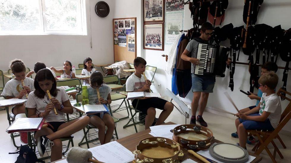 Alumnos de uno de los talleres de música impartidos el verano pasado en el conservatorio municipal de Monforte