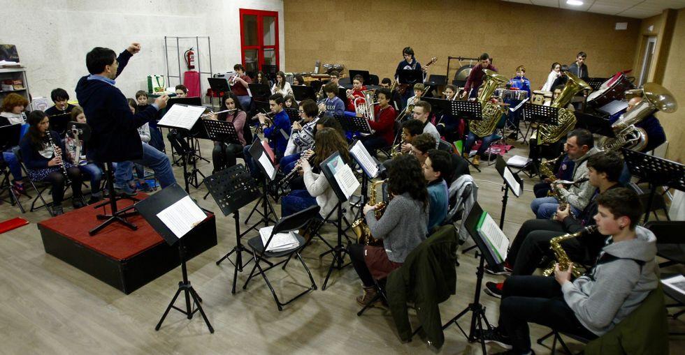 Alumnos de la banda juvenil e infantil muestran sus dotes como auténticos músicos.