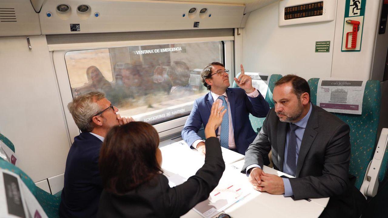 El ministro Ábalos, en un tren en pruebas con el vicepresidente de la Xunta, Alfonso Rueda, el presidente de Castilla y León, Alfonso Fernández Mañueco, y la presidenta del ADIF, Isabel Pardo de Vera