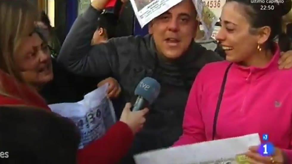 Lotería de Navidad: La Flor de Mayo de Neda vendió tres décimos del segundo premio.La dueña de la Administración y una vendedora