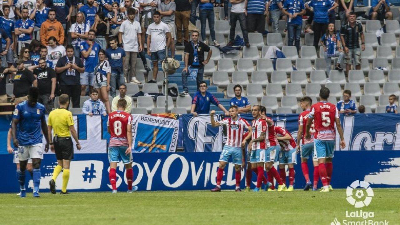 Los jugadores del Lugo celebran el empate en el Tartiere