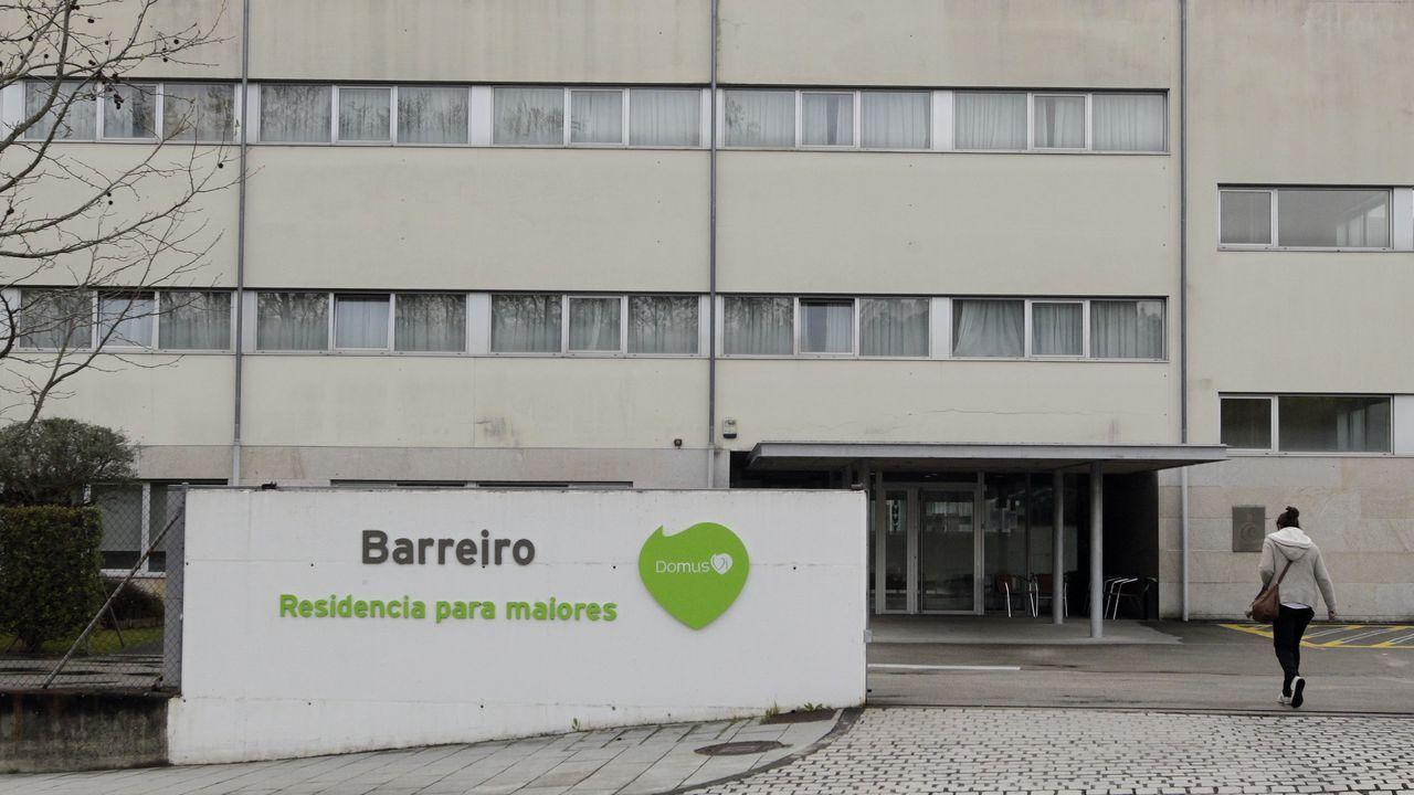 Farmacia en la rúa da Rosa de Santiago con stock de mascarillas quirúrgicas