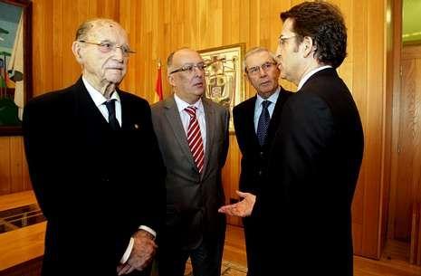Los expresidentes y Feijoo -juntos en la foto, de diciembre pasado- iban a reunirse este mes.