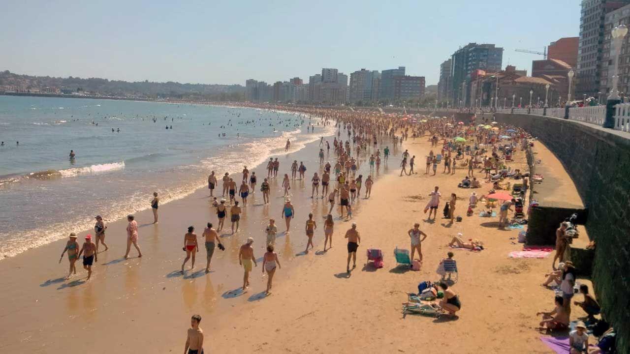sol, calor, Gijón, playa, Asturias.Cientos de bañistas se agolpan en la playa de San Lorenzo